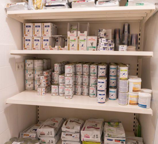 Ein Regal mit Futtermitteln für Hunde und Katzen in der Tierarztpraxis Paeger